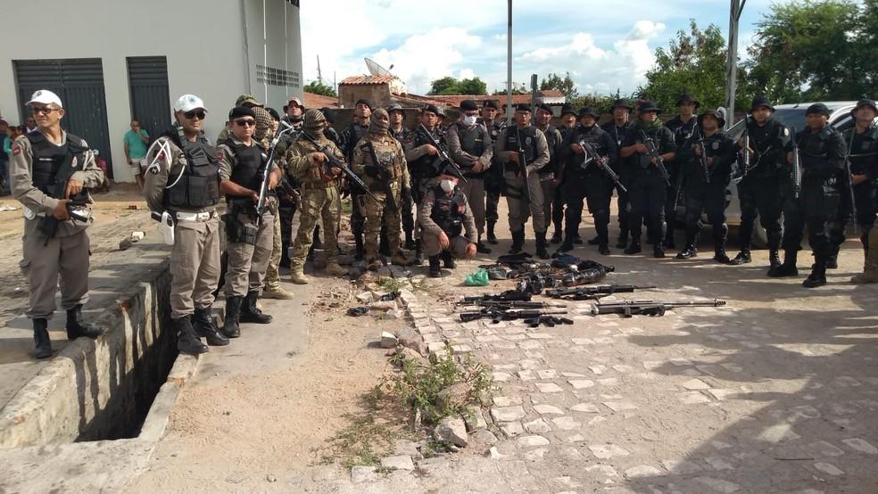 Polícia apreende metralhadora, fuzis e seis suspeitos em operação na Paraíba — Foto: Beto Silva/TV Paraíba