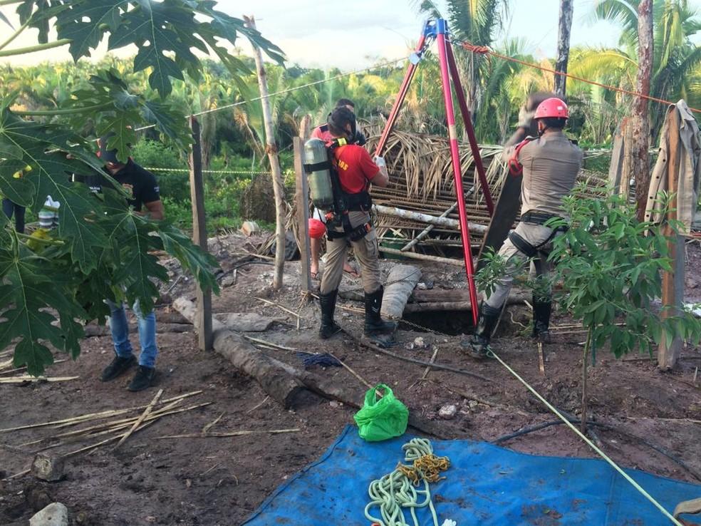 Corpo de Bombeiros resgata corpo de criança e adolescente em poço — Foto: Divulgação/Corpo de Bombeiros