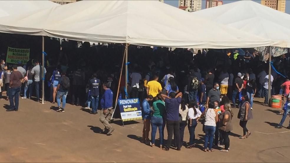 Aglomeração no lançamento do programa Renova-DF, em Samambaia, no DF — Foto: TV Globo/Reprodução