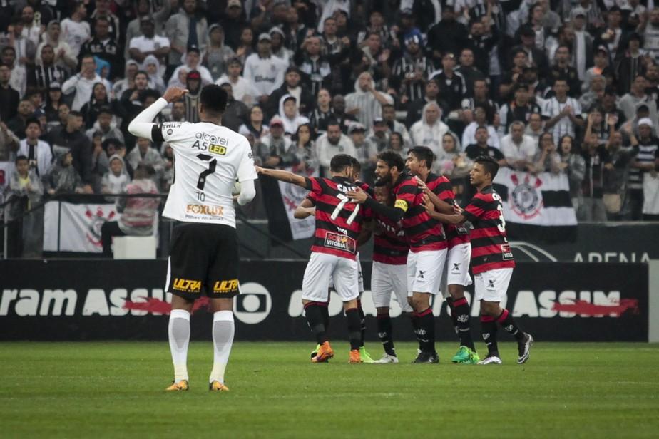 f1df43b1067d4 Vitória ganha em Itaquera e impõe ao Corinthians primeira derrota no ...