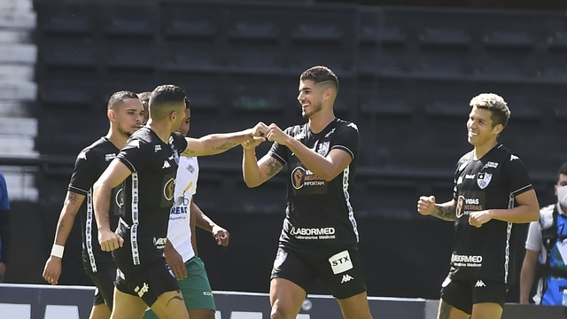 Botafogo comemora gol contra Cabofriense