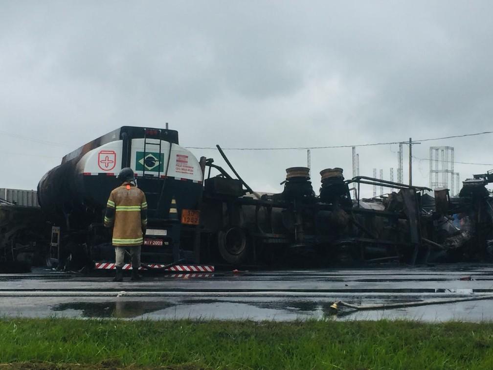 O acidente ocorreu entre dois caminhões-tanque e um deles transportava óleo diesel  — Foto: Vivian dos Santos Pereira Bonaço/Arquivo pessoal