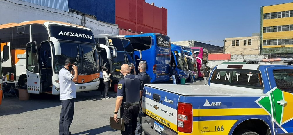 ANTT operation captures five illegal passenger transport buses in the region of Brás, Central São Paulo    Sao Paulo    G1