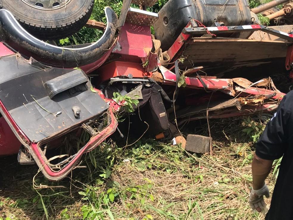 Duas pessoas morrem após caminhão tombar na BR-364 — Foto: PRF/Divulgação