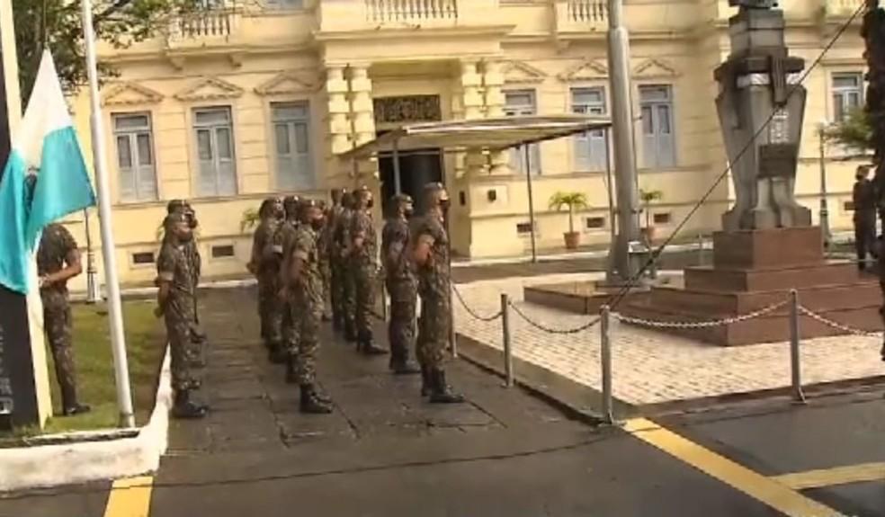 No quartel-general do Exército em Salvador, uma pequena cerimônia de hasteamento das bandeiras nesta segunda (7). — Foto: Reprodução/TV Bahia