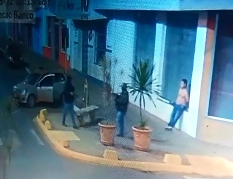 Refém em ataque a banco diz que teve camisa tirada por ladrão durante revista: 'Queria ver se eu tinha arma'