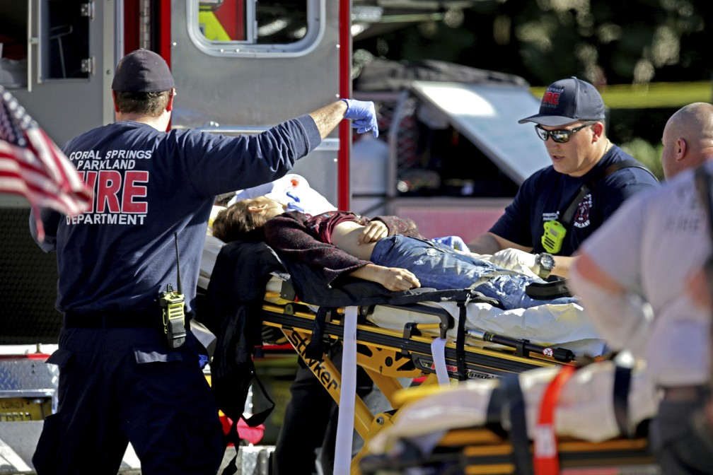 Equipe atende vítima de atirador em escola de Parkland, na Flórida (Foto: John McCall/South Florida Sun-Sentinel via AP))