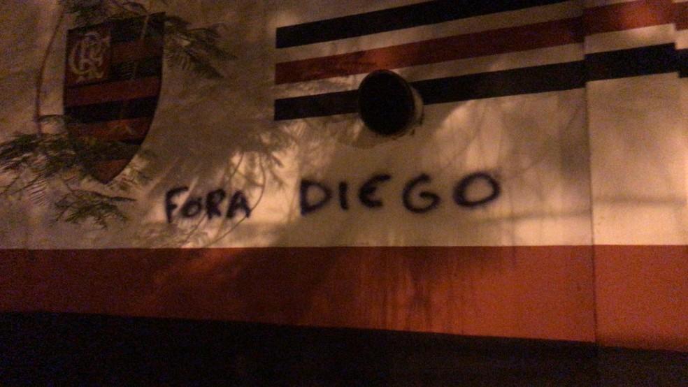 """""""Fora Diego"""": muros da Gávea foram pichados após empate com o Santa Fe (Foto: Amanda Kestelman)"""