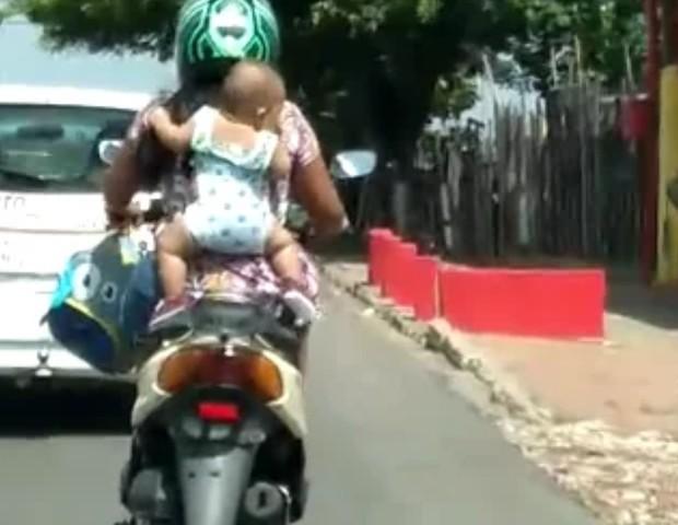 Resultado de imagem para MOTOS CARREGANDO CRIANÇAS