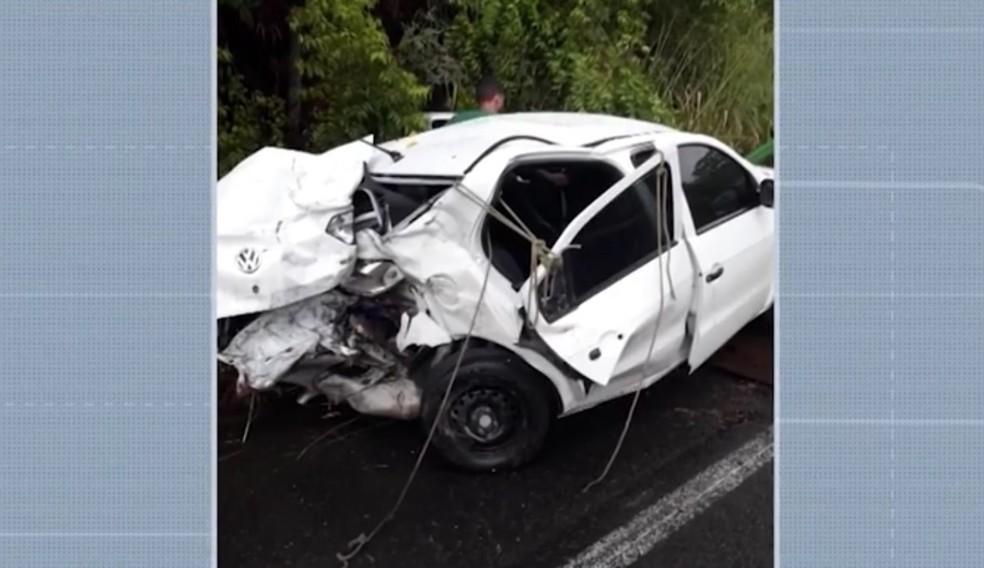 Carro ficou destruído  — Foto: Reprodução/TV Santa Cruz