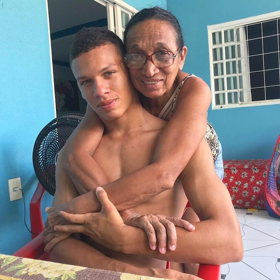 Calegari ao lado da avó, Dona Geni: orgulho da família — Foto: Divulgação / Instagram