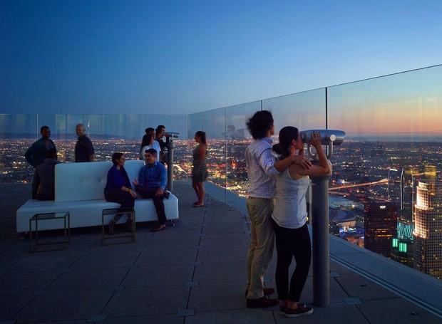 OPEN AIR | São duas áreas externas que oferecem lugar para conversar e observar a cidade (Foto: OUE Skyspace LA/ Reprodução)