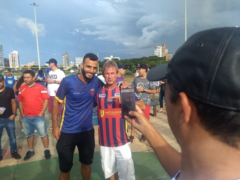 Jogadores tiraram fotos com os torcedores na festa em Toledo — Foto: Cícero Bittencourt/RPC