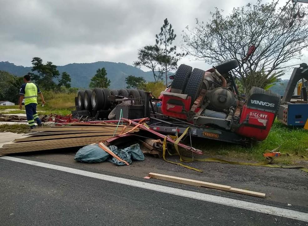 Carreta tombou na Rodovia Régis Bittencourt, em Cajati (Foto: Divulgação/Arteris)