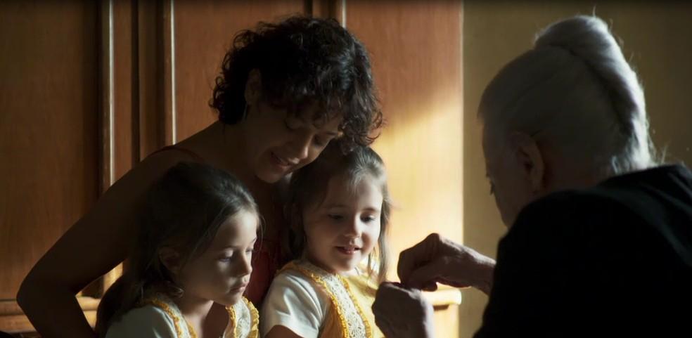 Dulce (Fernanda Montenegro) dá presente às netas Fabiana (Maria Clara Baldon/Nathalia Dill) e Virgínia (Duda Batista/Paolla Oliveira) — Foto: Globo