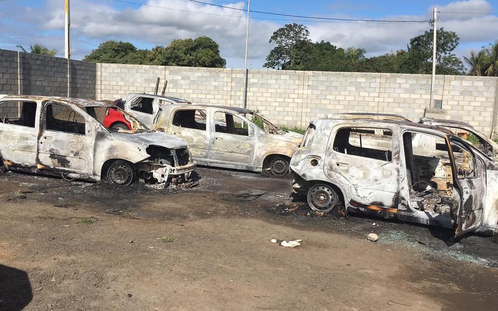 Veículos usados para transportar servidores da saúde foram destruídos pelo fogo (Foto: Ascom/ Prefeitura de Santo Estévão)