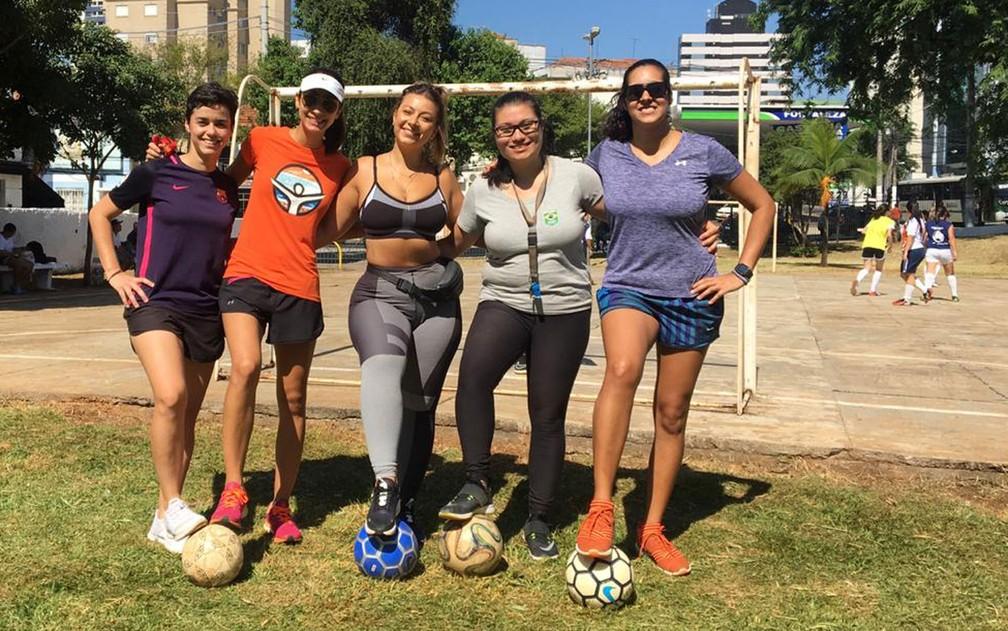 Mulheres se reúnem para jogar bola em praça na Vila Mariana — Foto: Gabriela Gonçalves/G1