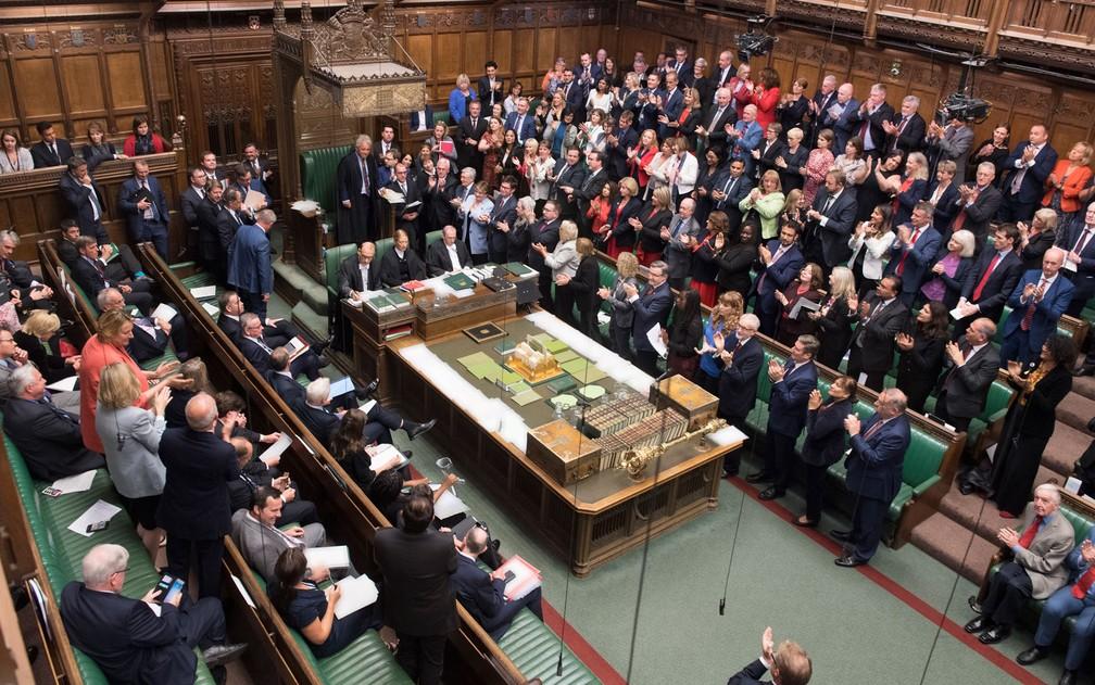 O líder da Câmara, John Bercow, é aplaudido após pronunciamento no Parlamento britânico, na segunda-feira (9) — Foto: Jessica Taylor/UK Parliament/AFP