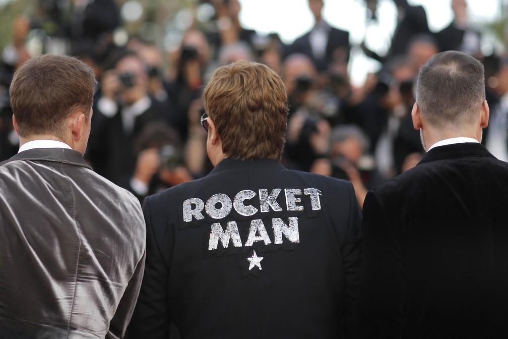 Elton John mostra seu blazer com o nome do filme e canção 'Rocketman', em Cannes — Foto: Reuters/Stephane Mahe