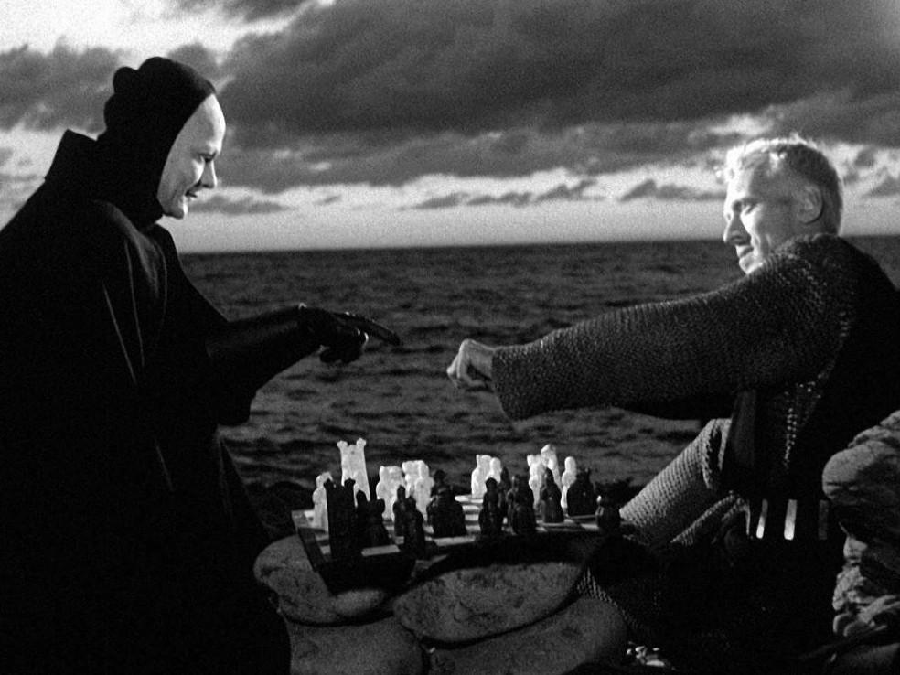 -  O cavaleiro e a morte disputando uma partida de xadrez no filme   39;O Sétimo Selo  39;  Foto: Divulgação