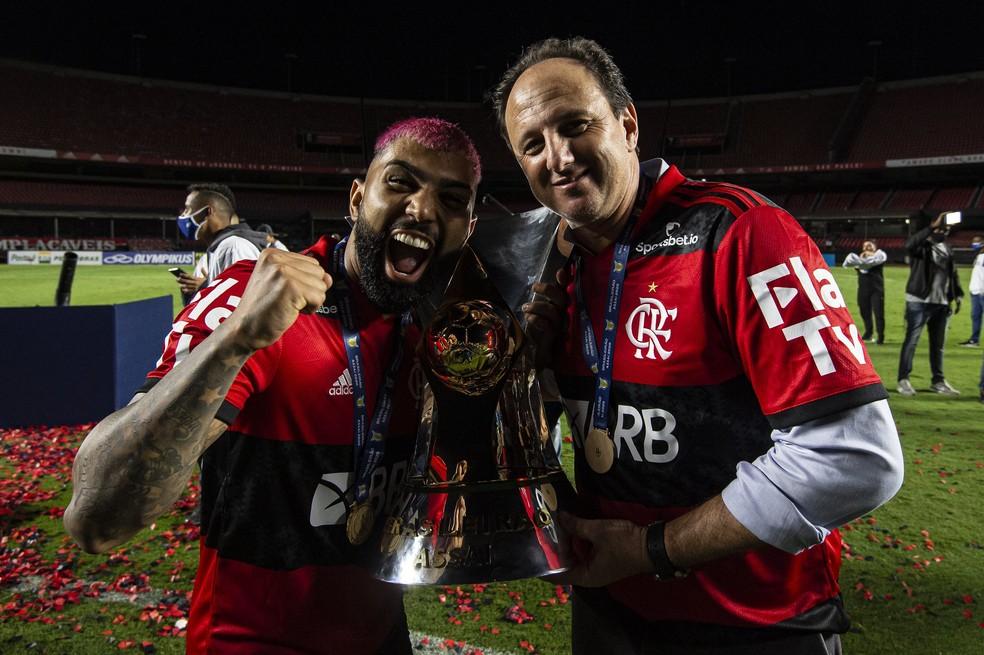 Gabigol comemora título do Brasileirão com Rogério Ceni — Foto: Alexandre Vidal/Flamengo