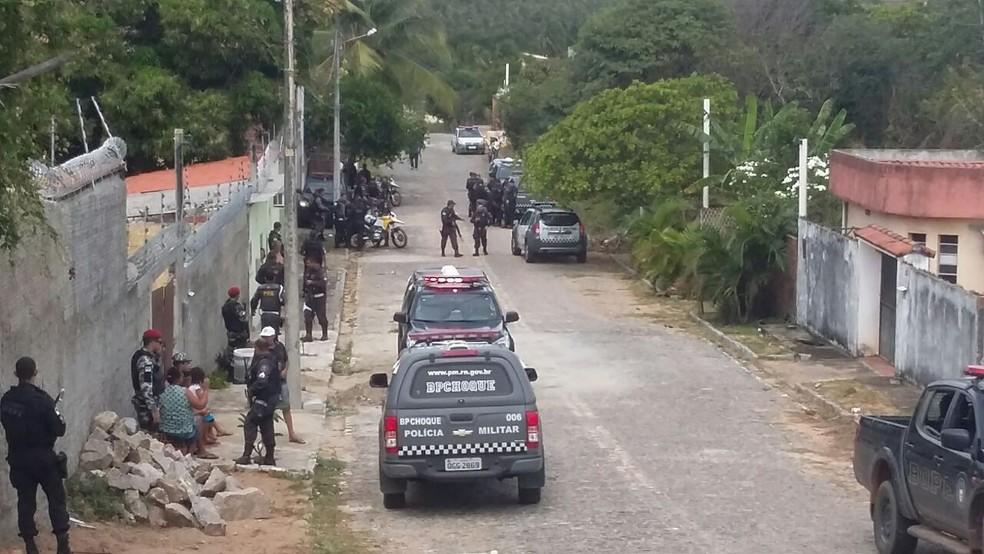Policia faz cerco em busca de suspeitos em Cotovelo, Parnamirim (Foto: Sérgio Henrique/ Inter TV Cabugi)