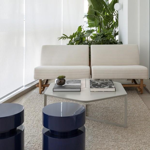 Madeira é protagonista na integração de ambientes deste apartamento  (Foto: FOTOS JÚLIA RIBEIRO )
