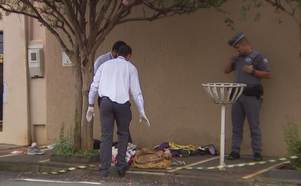 Polícia recolhe pertences do morador de rua que foi morto em Rio Preto — Foto: Reprodução/TV TEM
