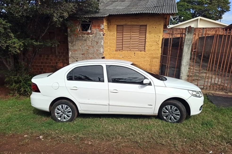 Carro usado por assaltantes para roubar malote com R$ 80 mil em Umuarama foi encontrado abandonado, segundo os policiais — Foto: Divulgação/Polícia Militar