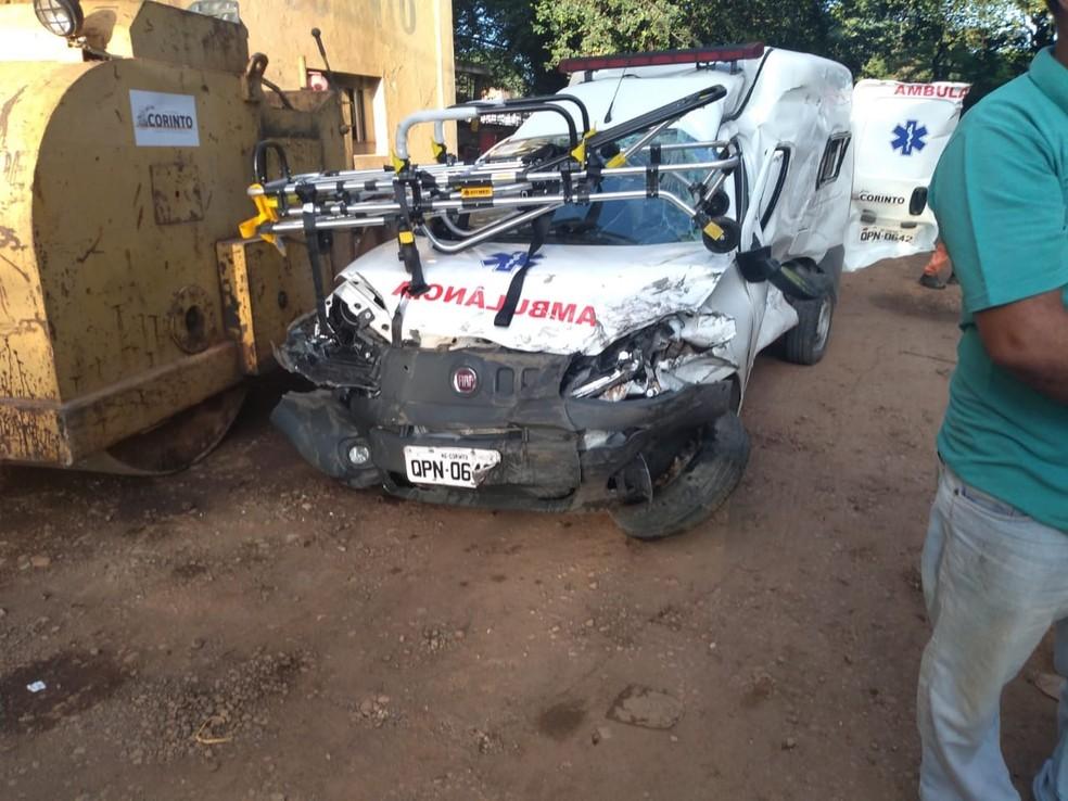 Todos os ocupantes da ambulância foram encaminhados ao Hospital Imaculada Conceição, em Curvelo — Foto: Polícia Militar/Divulgação