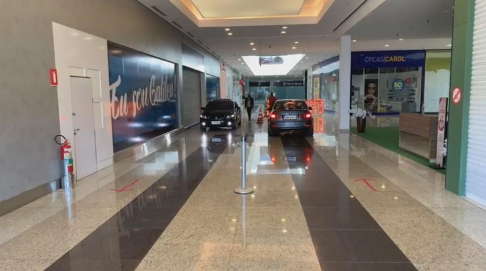 """Shopping de Botucatu faz """"drive-thru in door"""" na pandemia — Foto: TV TEM/Reprodução"""