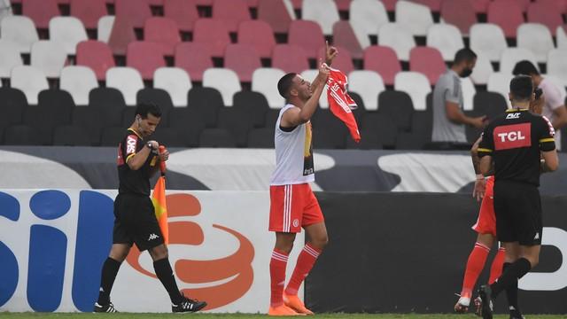Thiago Galhardo comemora o seu gol no retorno ao Internacional