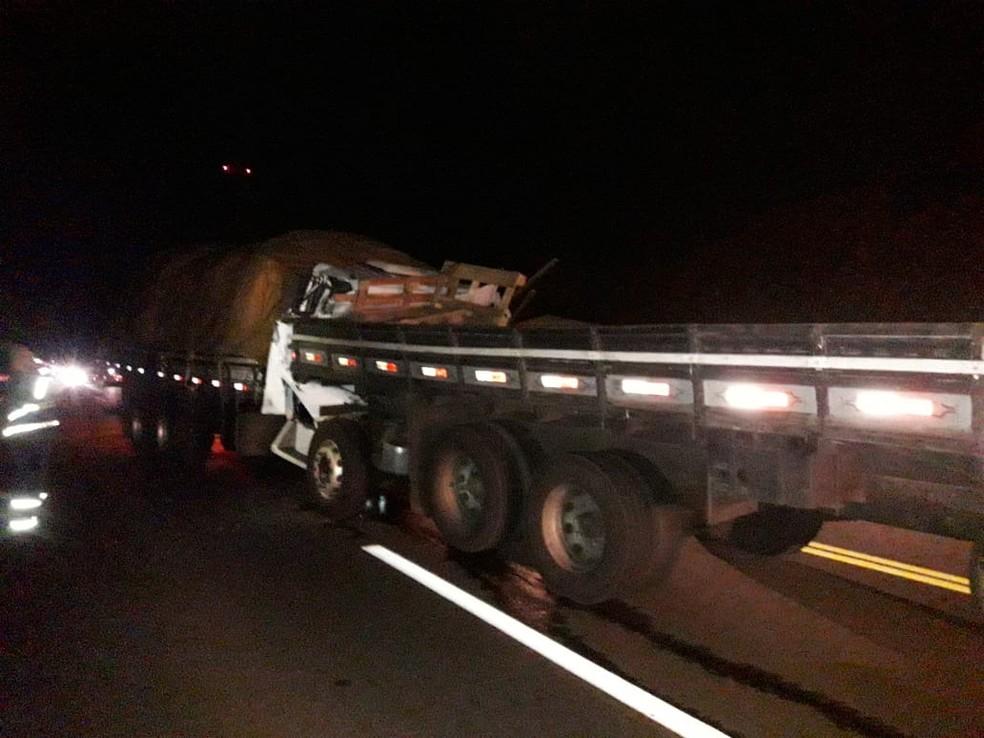 Segundo a polícia, um caminhão bateu no outro que estava parado no acostamento da rodovia, em Tarumã — Foto: Arquivo pessoal