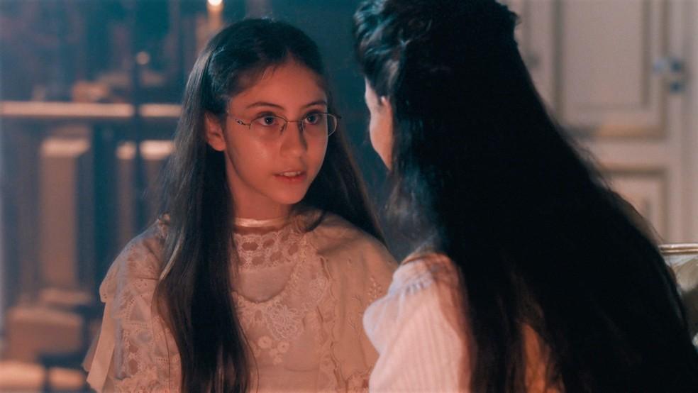 Dolores (Júlia Freitas) faz pedido a Pilar (Gabriela Medvedovski) em 'Nos Tempos do Imperador' — Foto: Globo
