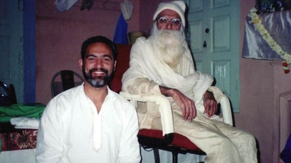 Prem Baba resolveu seguir o caminhoso religioso em uma viagem à Ìndia (Foto: Arquivo pessoal/BBC)