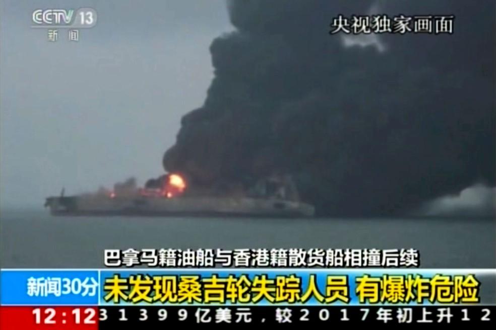 Chamas ainda atingiam petroleiro, que colidiu com navio de carga, na manhã desta segunda-feira (8)  (Foto: CCTV via AP Video)