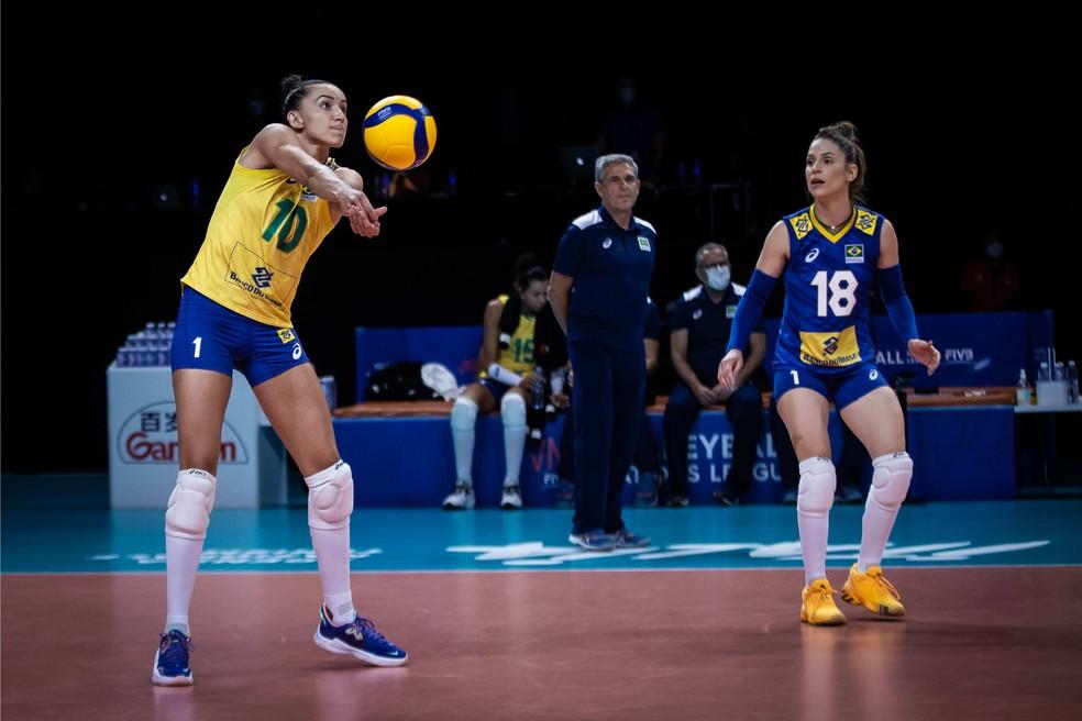 Gabi e Camila Brait em lance contra a Alemanha pela Liga das Nações — Foto: Divulgação/FIVB