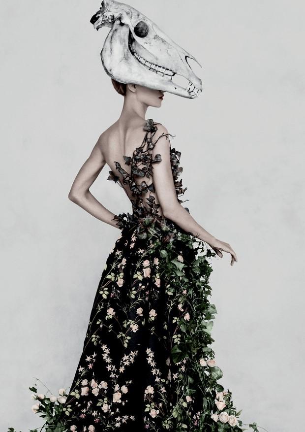 Vestido francês de seda com motivos florais do fim do século 18 (Foto: Divulgação, Hati Kecil Visuals (Greenpeace), Polly Penrose (Flock & Fold))