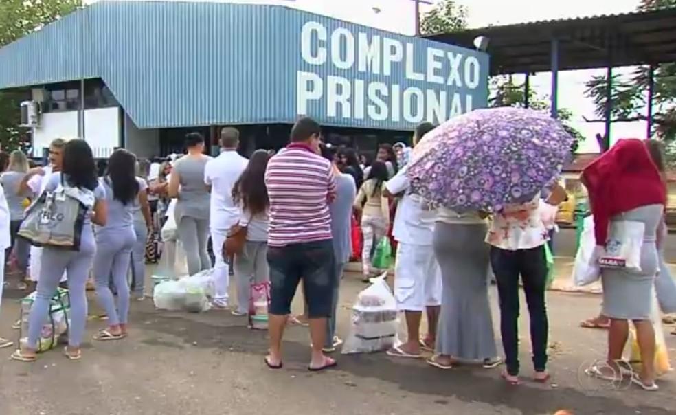 Fila de parentes para visitas no Complexo Prisional de Aparecida de Goiânia (Foto: Reprodução/TV Anhanguera)