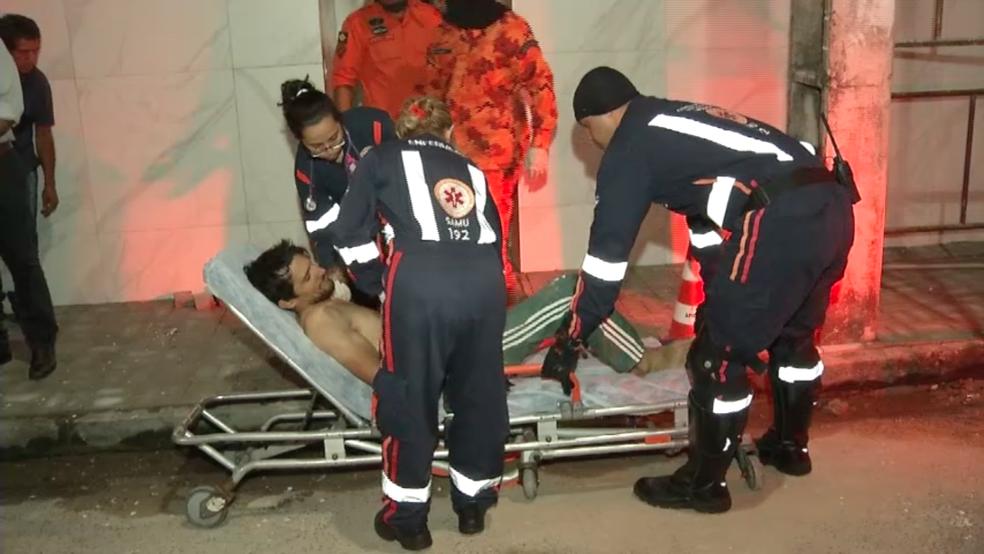 -  Após resgate, homem foi atendido por servidores do Samu e levado a hospital  Foto: TV Verdes Mares/Reprodução