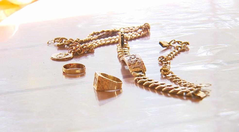 Corrente, pulseiras e anéis de ouro do empresário de Catanduva — Foto: Reprodução/TV TEM