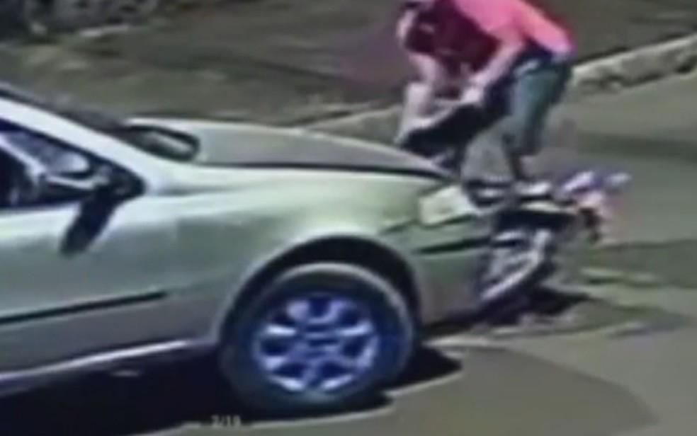 Motorista tira moto da frente de carro após batida, em Rio Verde — Foto: Reprodução/TV Anhanguera
