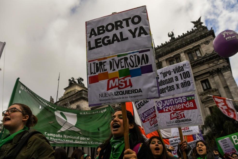 Manifestantes pró-aborto em frente ao Congresso argentino, em Buenos Aires, nesta quarta (13) (Foto: Erin Abramovich/AFP)