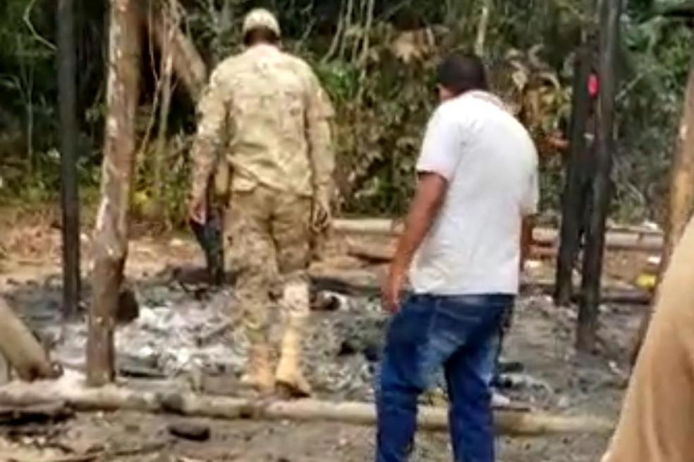 Casa da família boliviana foi queimada pelos suspeitos — Foto: Arquivo/PM-AC