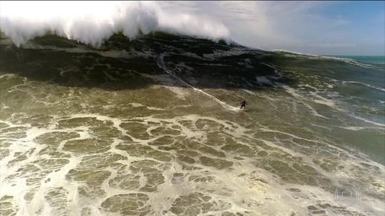 """""""Gigantes de Nazaré"""" entre ondas musicais e montanhas de água"""