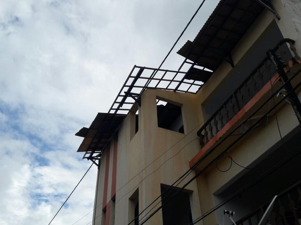 Moradores diz que vem o seguro da casa dela temendo que houvesse nova ventania (Foto: Thamires Ribeiro/G1)
