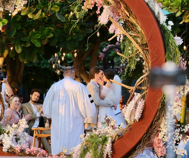 Camila Queiroz and Klebber Toledo marry (Photo: Manuela Scarpa and Iwi Onodera / Brazil News)