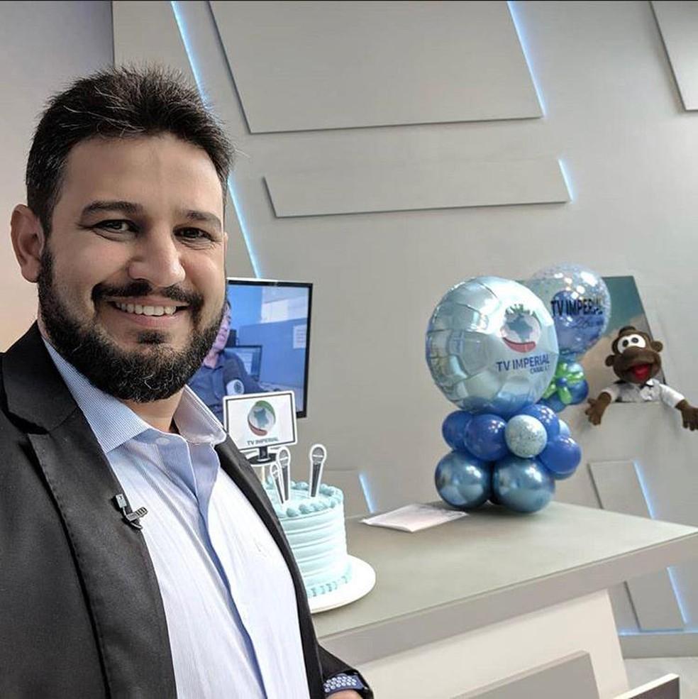 Jornalista Romano dos Anjos trabalha na TV Imperial, afiliada à Record em Boa Vista — Foto: Rede Social/Reprodução