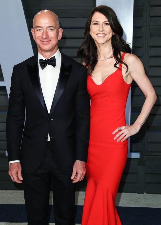 Jeff Bezos e Mackenzie Bezos (Foto: Backgrid)