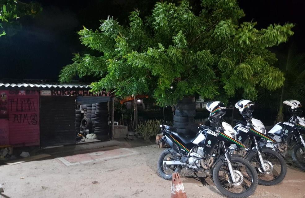 Os policiais encontraram a borracharia aberta, porém abandonada. — Foto: Rafaela Duarte/SVM